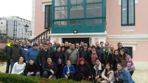 Foto de grupo de los centros de Los Chopos y Culleredo en el jardín de la Casa Rosa