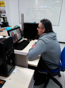 """Diego durante el Taller de Blog, visualizando un documental que luego comentará en """"Anacos de vida""""."""