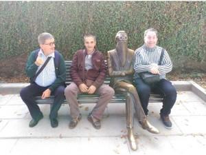 tres chicos del CRPL Los Chopos con Valle-Inclán en Santiago de Compostela en una de las convivencias realizadas.