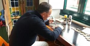 Julio en el taller de manualidades del CRPL Sara Vázquez.