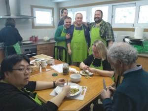 Equipo de trabajo del taller de cocina a pleno rendimiento