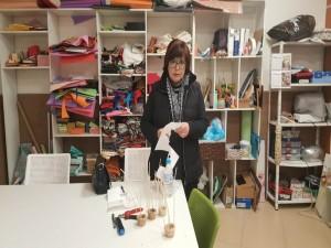 Berta  trabajando con sus telas en el Taller Pre-laboral de Apem Carballo