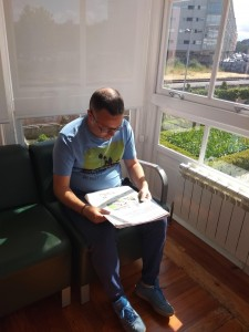 Leyendo el periódico en una de las estancias